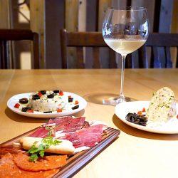 自慢の料理とグラスワイン