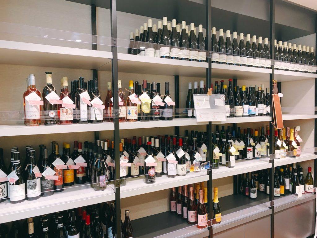 入って左側はなかなか店頭には並ばないレアなワイン