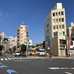 日暮里繊維街と尾竹橋通りの交差点にあった建物が取り壊されました